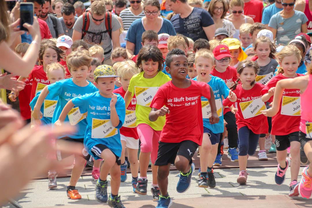Die Gruppe der Jüngsten läuft voller Energie und Enthusiasmus im Stadionlauf. Inklusion in allen Bereichen.