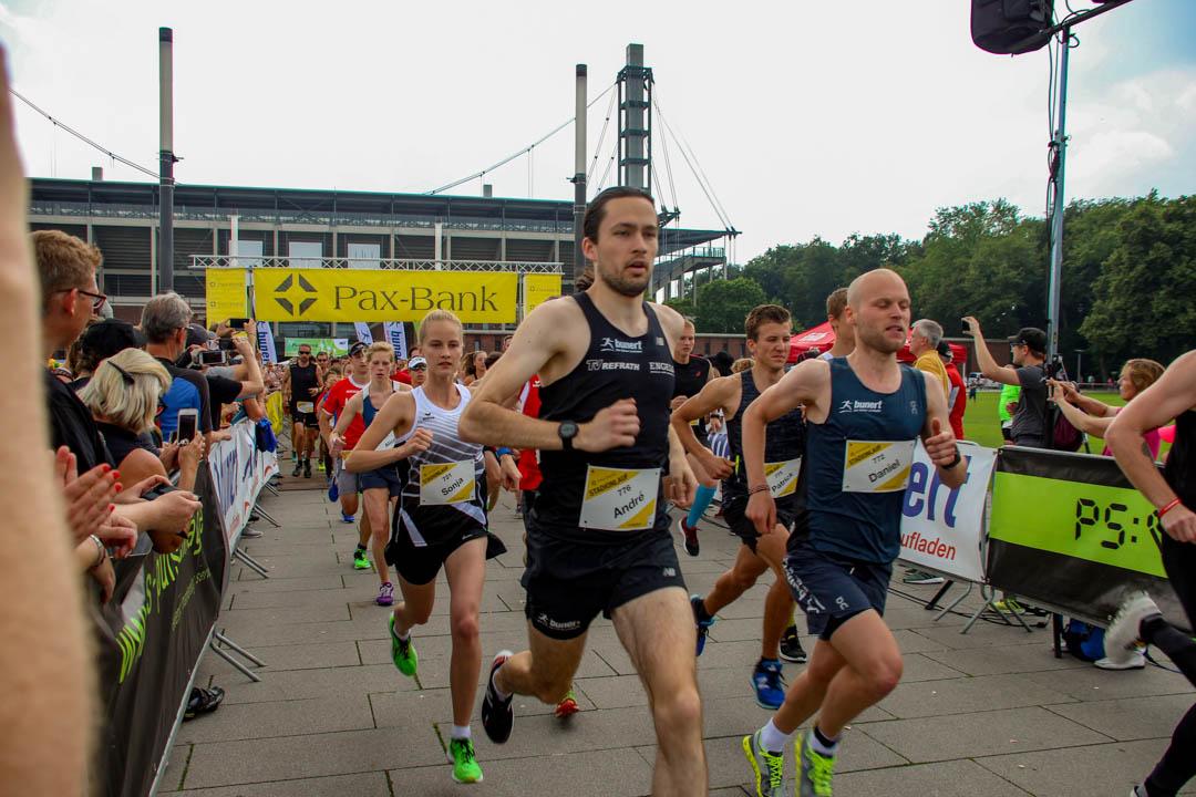 Die Läufer/innen laufen gerade hochmotiviert los.