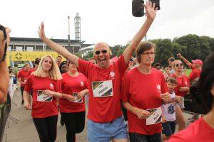 Stadionlauf Köln | Ein Gewinner | Ein Mann reißt die Hände nach oben und freut sich sehr! Inklusion in allen Bereichen.