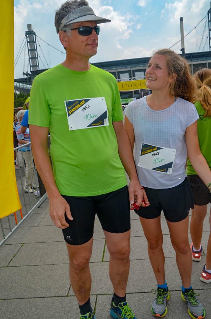 Läufer, Mann und Frau Schirmmütze und Sonnenbrille im Trikot und gut gelaunt