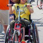 Fröhliches Mädchen im Rollstuhl | Inklusion in allen Bereichen. fröhlich & kraftvoll