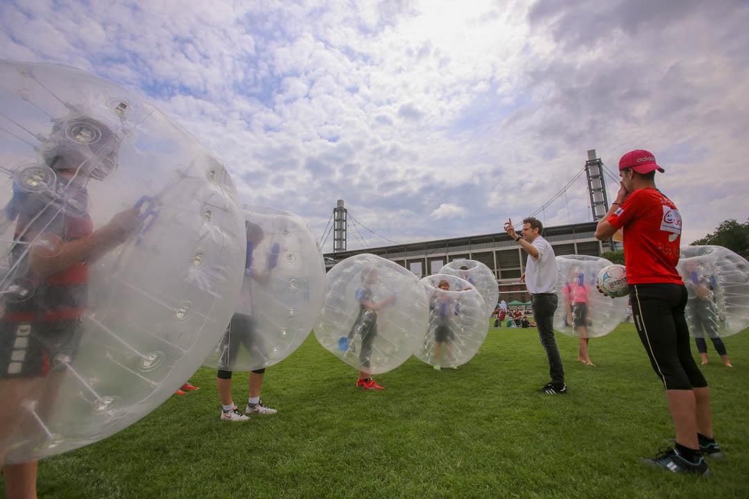 Kinder machen ein Spiel in große Kunststoffbälle gepackt