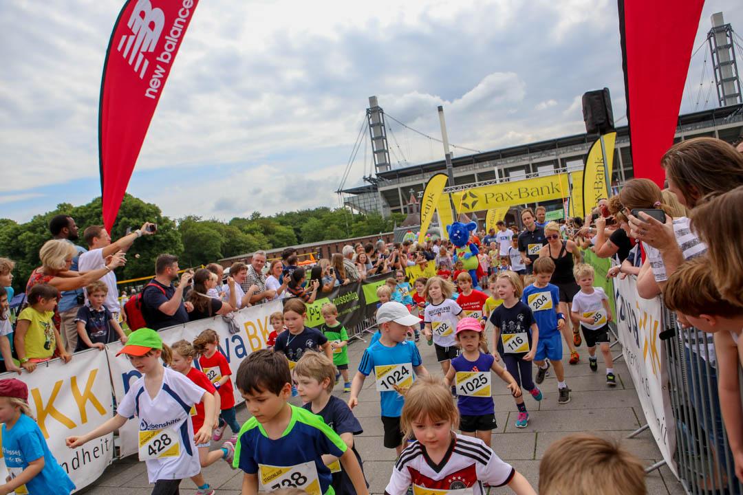 Die Läufer, ob groß oder klein, werden von den Zuschauern bejubelt und fotografiert. Inklusion in allen Bereichen.