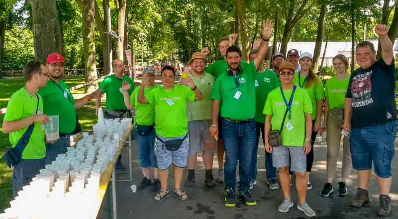 Die Helfer im grünen T-shirt winken und sind bereit!