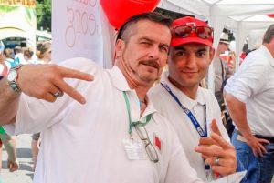 Familien.Spiele.Fest in Köln | 2 Männer gestikulieren und setzen sich in Szene